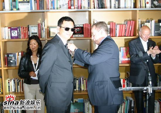 图文:王家卫被授勋-授勋仪式