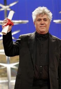 图文:阿莫多瓦凭借《回归》获得最佳编剧奖