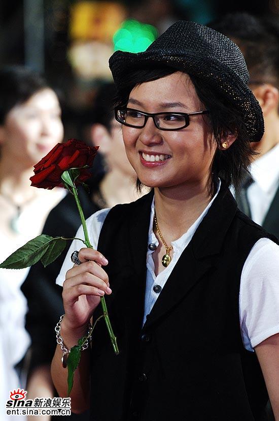 图文:第九届上海电影节开幕式红毯-可爱周笔畅