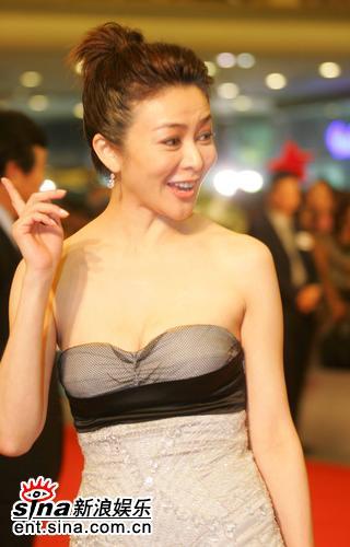 图文:上海电影节红地毯-关之琳美胸依旧
