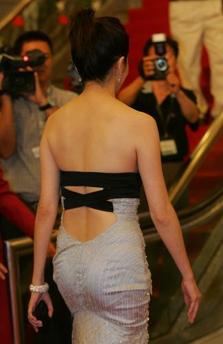 图文:上海电影节红地毯-关之琳坦露美背