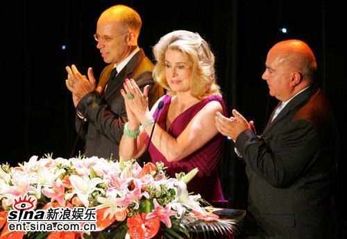 图文:上海电影节-凯瑟琳德纳芙为《天狗》颁奖