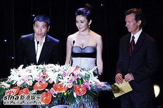 图文:冯小刚关之琳邓肯颁发最佳导演奖