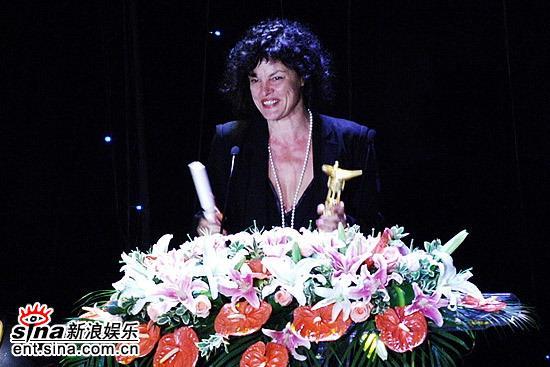 图文:上海电影节颁奖现场-领取最佳女演员奖