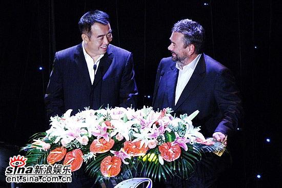 图文:陈凯歌和吕克・贝松颁奖时相视而笑