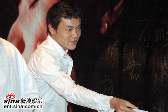 图文:徐静蕾新片北京首映--演员廖凡签名