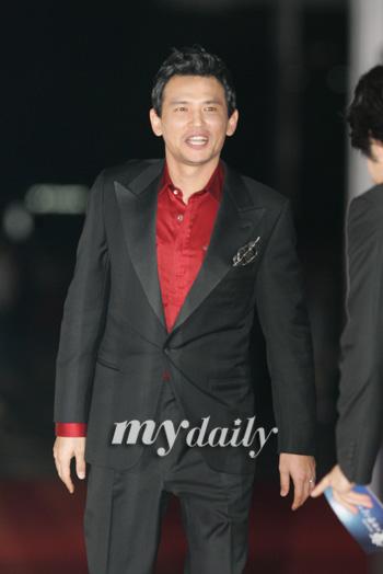 图文:最佳男主角提名黄正民黑西装配红衬衫