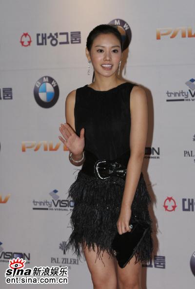 图文:金雅中微笑挥手黑色短裙尽显时尚魅力