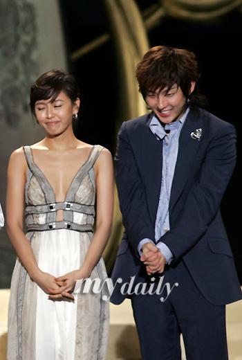 图文:李俊基姜成妍双双登场低头微笑含蓄害羞