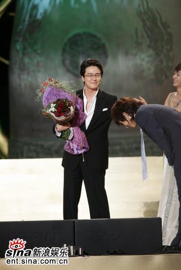 图文:甘宇成获最佳男演员李俊基鞠躬表祝贺