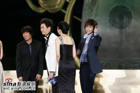 图文:《王的男人》获大奖李俊基兴奋竖大拇指