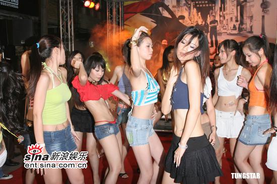 图文:《速度与激情3》首映 美女火辣热舞