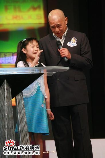 快讯:刘兆铭携小朋友上台颁发最受欢迎女主角