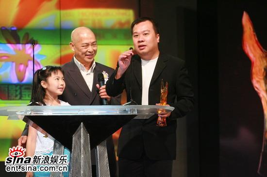图文:李心洁获最受欢迎女主角奖由代表领奖