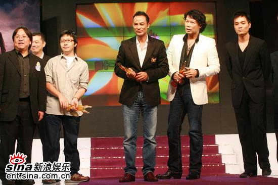图文:《龙城岁月》台前幕后人员一同登台领奖