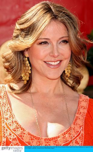 图文:克里斯塔-米勒着红色低胸装笑容灿烂