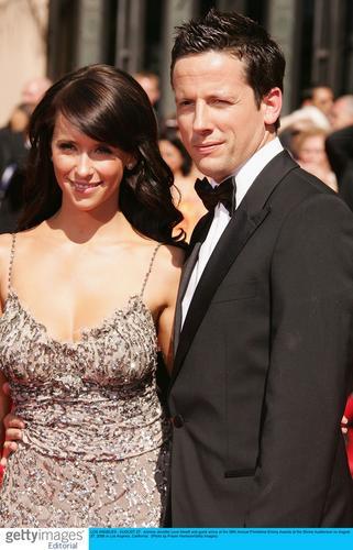 图文:艾美奖红毯-詹妮弗-洛芙与男伴牵手亮相