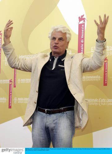 图文:威尼斯评委亮相-凯瑟琳-德纳芙挥手致意