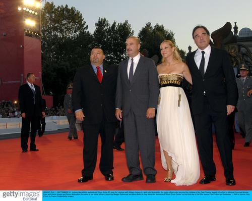 图文:《世贸中心》首映红地毯--盛装亮相