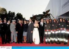组图:《世贸中心》首映红地毯9.11英雄现身