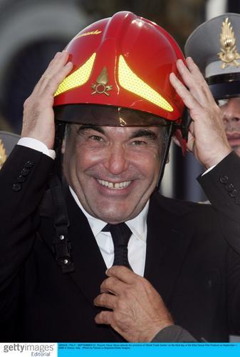 图文:《世贸中心》首映红地毯--头戴钢盔