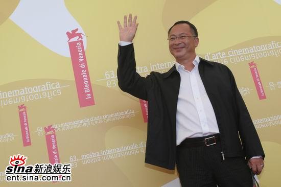 图文:《放逐》记者会--杜琪峰挥手