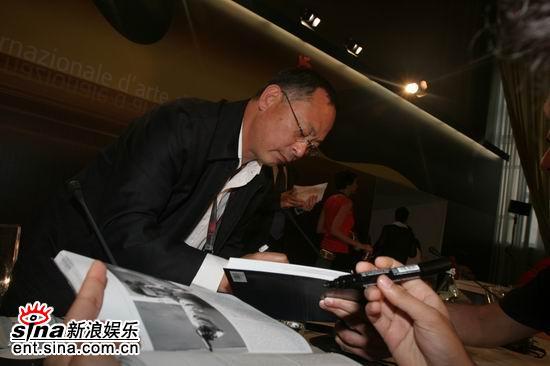 图文:《放逐》记者会--杜琪峰签名