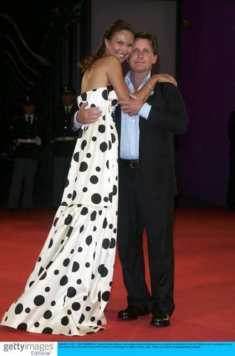 图文:《鲍比》威尼斯首映--亲昵拥抱