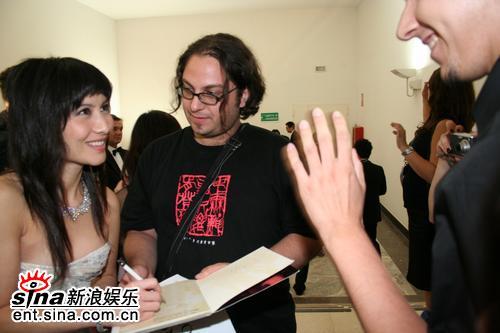 图文:《放逐》威尼斯首映--何超仪为影迷签名