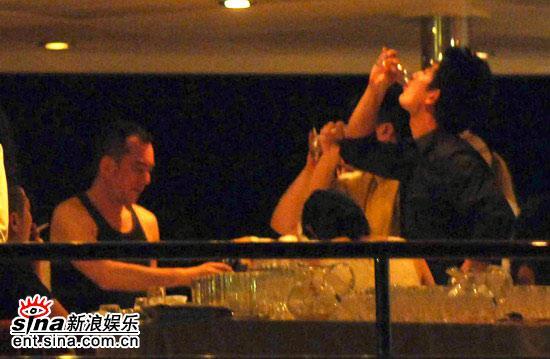 图文:《放逐》主创游艇上狂欢--任贤齐一饮而尽