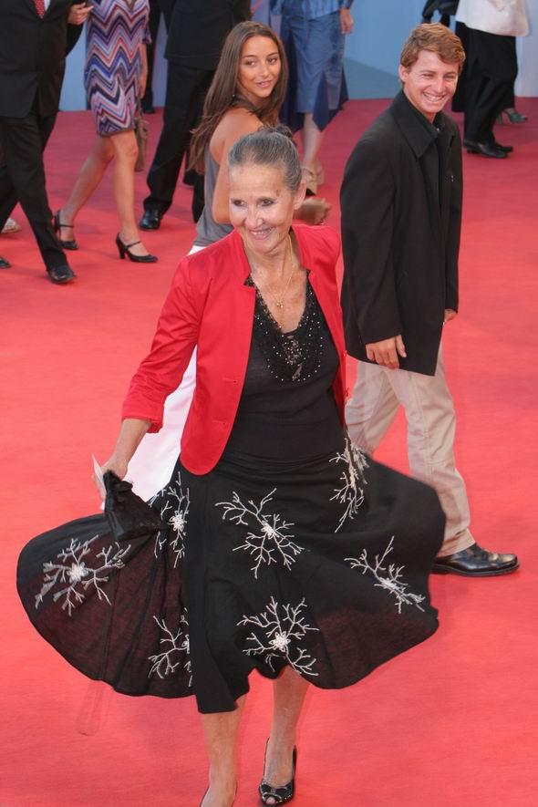 图文:《金色大门》老演员红地毯上翩翩起舞