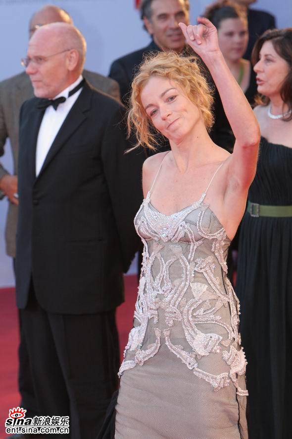 图文:女星史蒂芬-妮雅挥手致意表情俏皮可爱