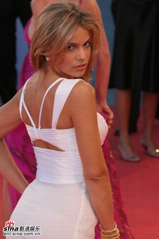 图文:女星MicaelaRamazzotti背部性感风情