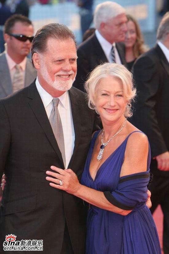 图文:海伦-米伦走红毯与丈夫泰勒亲密依偎