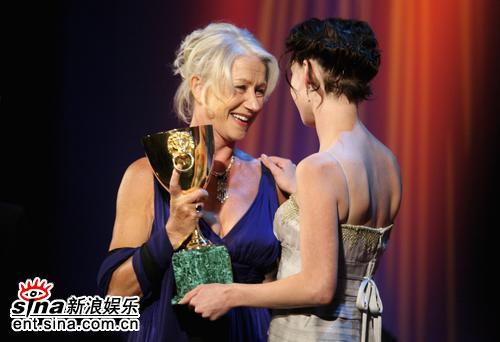 图文:威尼斯电影节闭幕礼哈玛多娃颁发影后奖