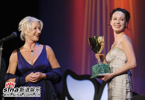 图文:哈玛多娃为海伦-米伦颁发最佳女主角奖