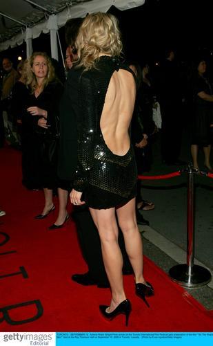 图文:《潘神的迷宫》多伦多首映--性感露背装