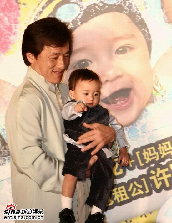 图文:《宝贝计划》北京首映-成龙抱着小宝贝