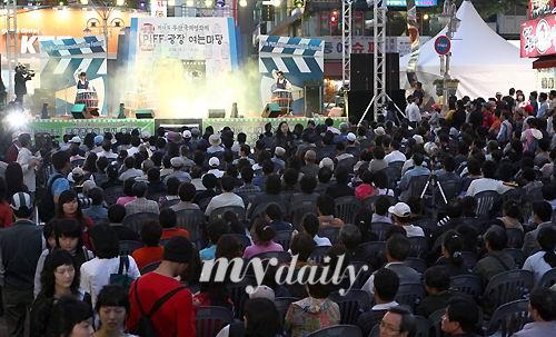 图文:釜山电影节前夜祭开幕--舞台前