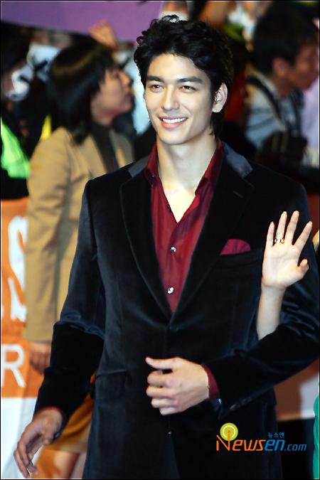 图文:釜山影展红地毯丹尼斯-吴西装黑红搭配
