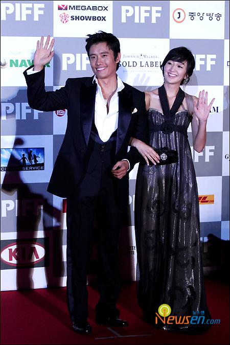 图文:李秉宪秀爱亲密亮相红地毯和影迷打招呼