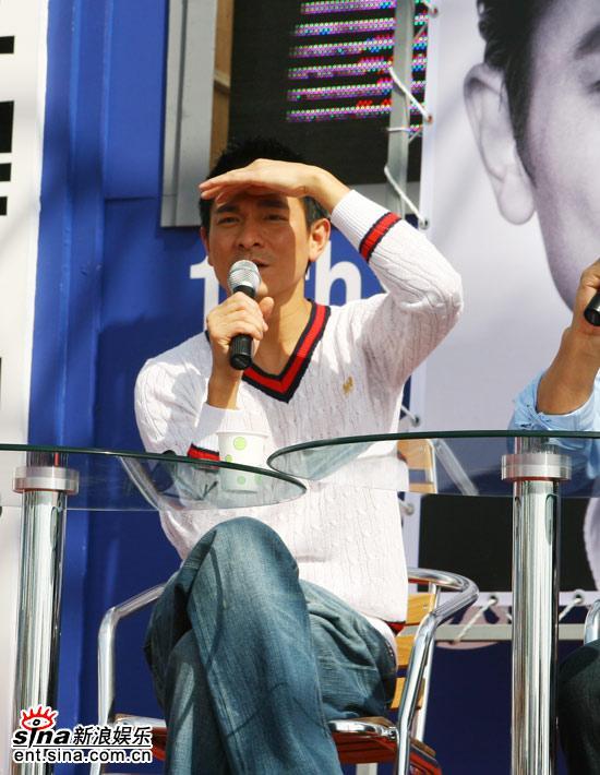 图文:刘德华釜山见面会-刘德华遮挡阳光