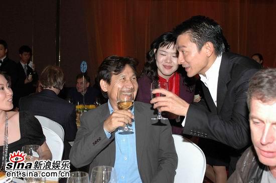 图文:刘德华给韩国殿堂级演员安圣基敬酒