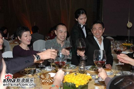"""图文:釜山""""亚洲电影之夜""""--众人齐祝酒"""