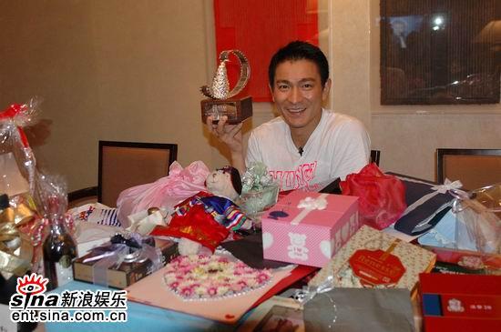 图文:刘德华釜山获奖--影迷送来的礼物堆成山