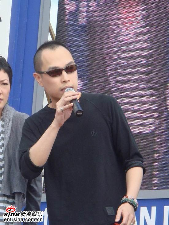 图文:刘德华携团队亮相-《师奶唔易做》导演李公乐