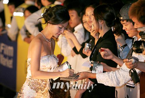 图文:亚洲明星峰会红地毯-越南美女给FANS签名