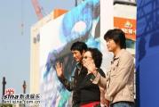 组图:赵汉善宣传《热血男儿》影迷疯狂候偶像