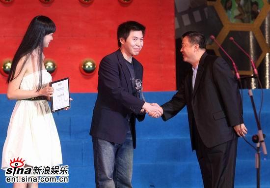 图文:手机电影年度盛典颁奖礼--尤小刚李艾颁奖