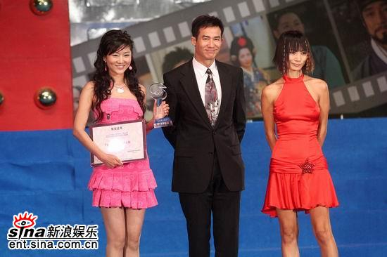图文:手机电影年度盛典颁奖礼--白灵李子雄颁奖